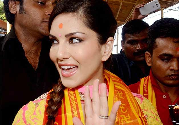 Sunny Leone gets blessings at Siddhivinayak Temple