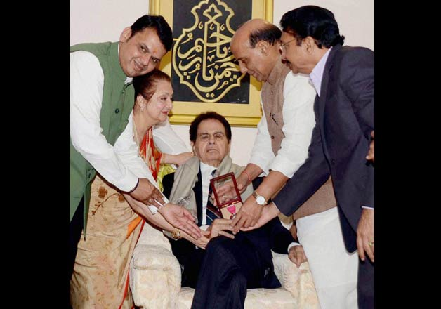Veteran actor Dilip Kumar receives Padma Vibhushan award