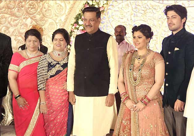 Shah Rukh Khan Surprises Manali Jagtap At Her Wedding Reception Page 7